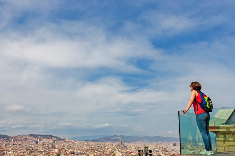Dame ser utover byen. Foto