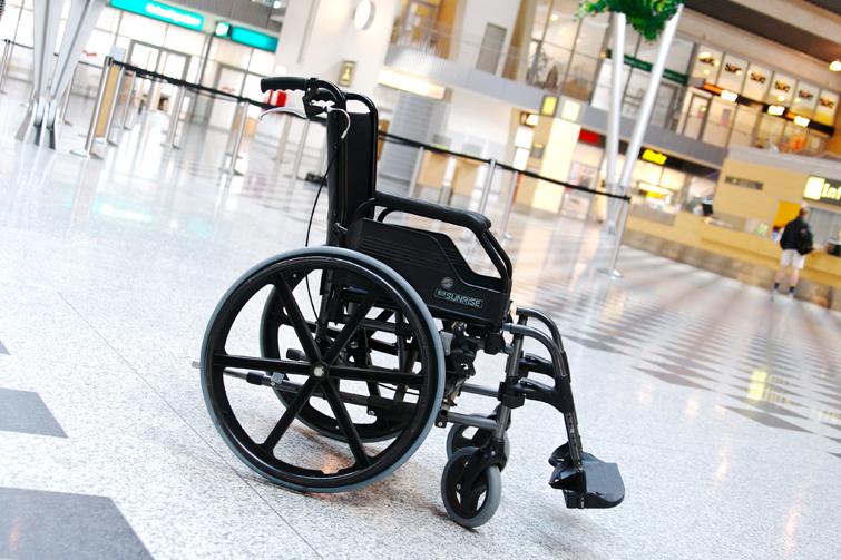 Rullestol på flyplass. Foto