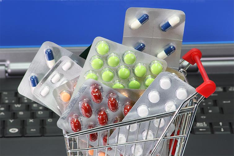 Handlekurv med piller. Foto.