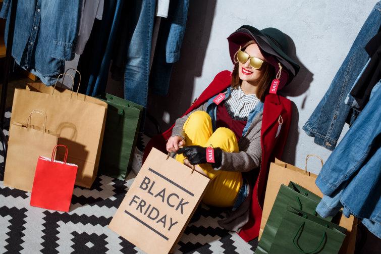 Kvinne, salg, black friday. foto.